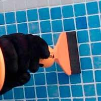 limpiar juntas de piscina con destornullador